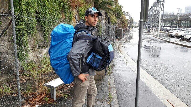 auf dem Weg zum Kreuzfahrtschiff im Regen